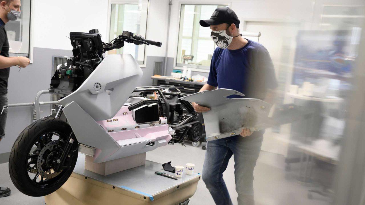 bmw-motorrad-definition-ce-04—assembly